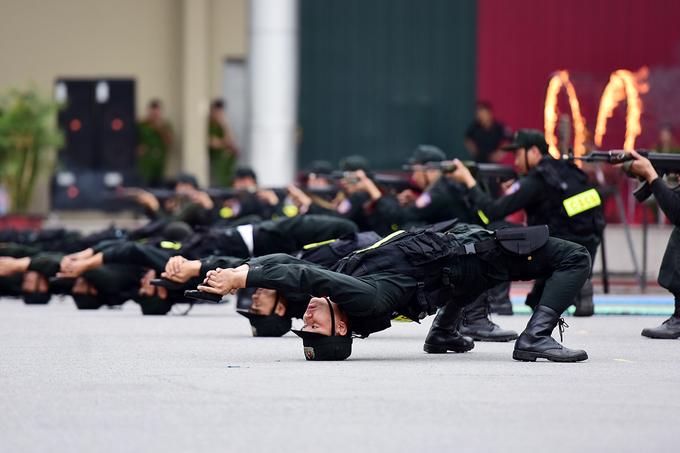 Không chỉ đứng bắn, quỳ bắn, học viên khoa Cảnh sát vũ trang còn có thể nằm nghiêng, nằm ngửa bắn súng.