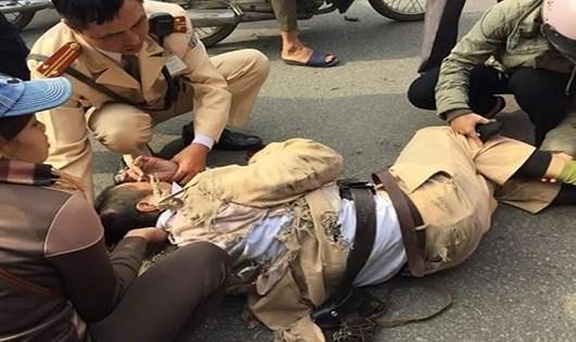 Một cảnh sát giao thông bị tông khi ra hiệu lệnh dừng xe vi phạm giao thông.