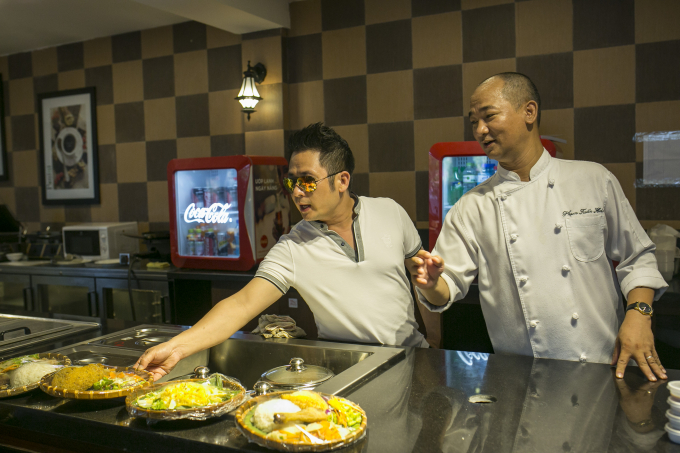 Vua bếp Phạm Tuấn Hải giới thiệu các món ăn với ca sĩ Bằng Kiều.