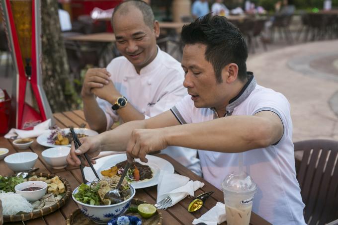 Ca sĩ Bằng Kiều thích thú thưởng thức các món ăn tại Không gian ẩm thực Ngũ hành.