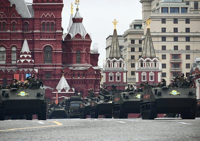 Xe thiết giáp chở quân BTR-MD Rakushka và xe chiến đấu bộ binh BMD-4Mcũng góp mặt trong lễ duyệt binh năm nay.