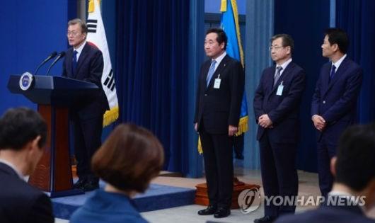 Tân Tổng thống Hàn Quốc tại cuộc họp báo đầu tiên sau khi nhậm chức.