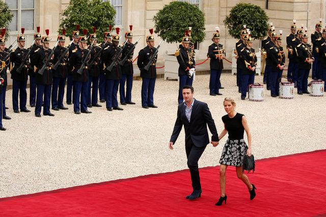 Tiphaine Auziere, con gái của bà Brigitte Trogneux, cùng bạn đời tới dự lễ tuyên thệ. (Ảnh: Reuters)