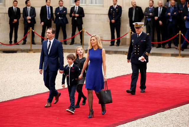 Gia đình cô Laurence Auziere Jourdan, một người con gái khác của bà Brigitte Trogneux, bước trên thảm đỏ. (Ảnh: Reuters)
