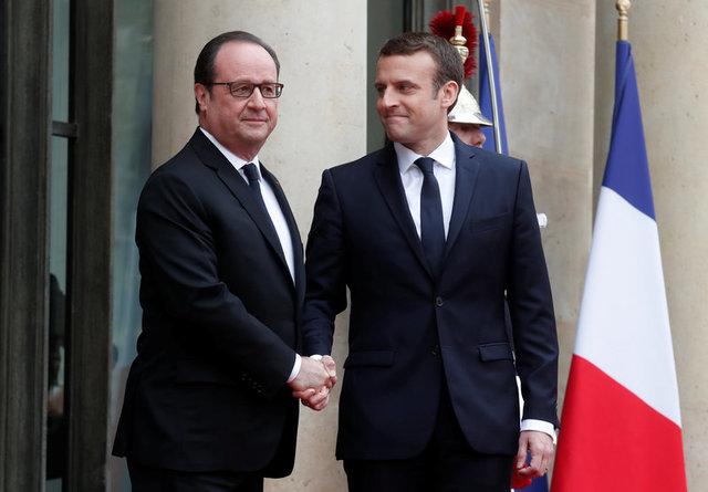 Ông Hollande (trái) bắt tay ông Marcon - chủ nhân kế tiếp của điện Elysee. (Ảnh: Reuters)