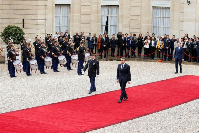 Ông Macron bước trên thảm đỏ để tới lễ tuyên thệ. (Ảnh: Reuters)