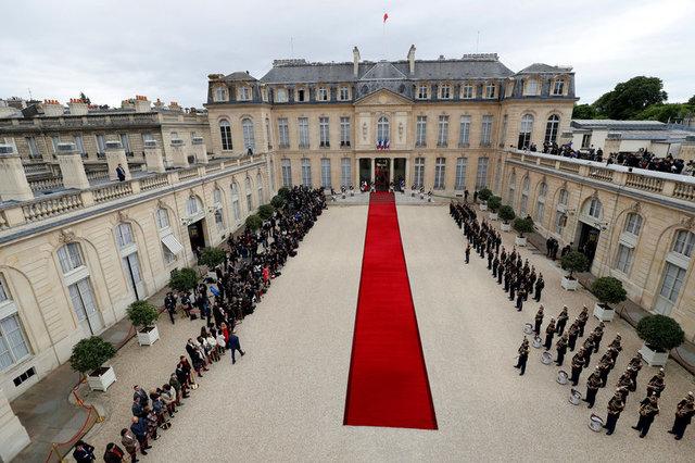 Thảm đỏ được trải ở lối vào điện Elysee để chuẩn bị cho lễ nhậm chức của Tổng thống đắc cử Emmanuel Macron. (Ảnh: Reuters)