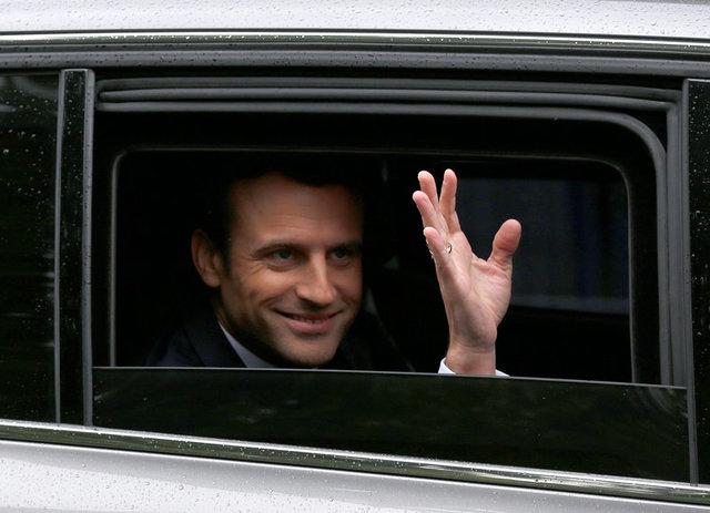 Ông Marcon vẫy tay chào khi tới lễ tuyên thệ. (Ảnh: Reuters)