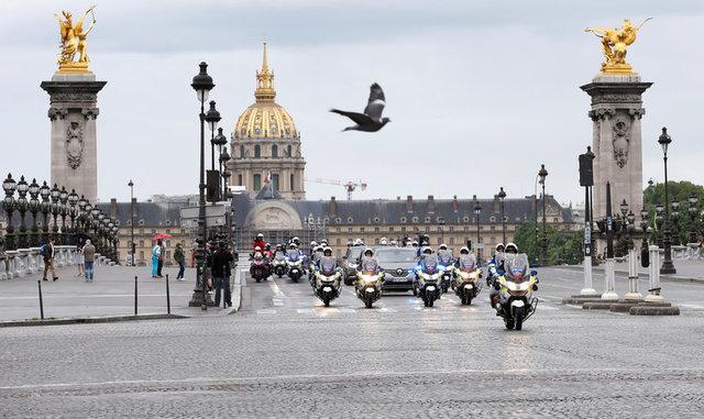 Đoàn xe hộ tống ô tô của Tổng thống đắc cử Emmanuel Macron tới điện Elysee. (Ảnh: Reuters)