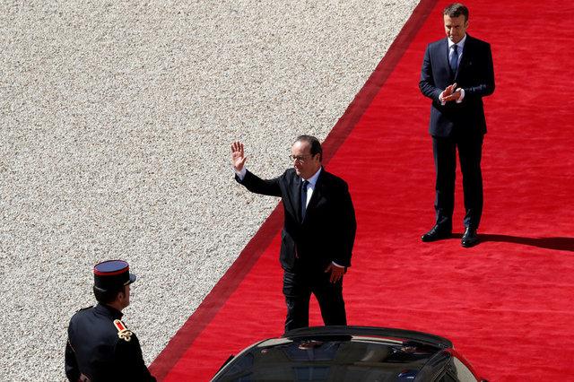 Tổng thống mãn nhiệm Francois Hollande vẫy tay chào khi rời điện Elysee sau cuộc chuyển giao quyền lực cho người kế nhiệm Emmanuel Macron. (Ảnh: Reuters)