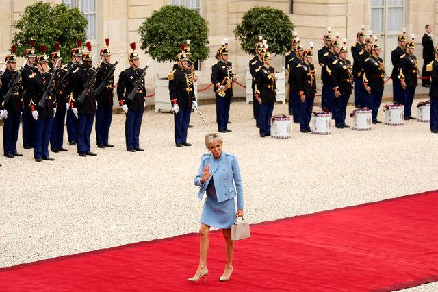 Bà Brigitte Trogneux, vợ của ông Marcon, vẫy tay chào khi tới lễ tuyên thệ. (Ảnh: Reuters)
