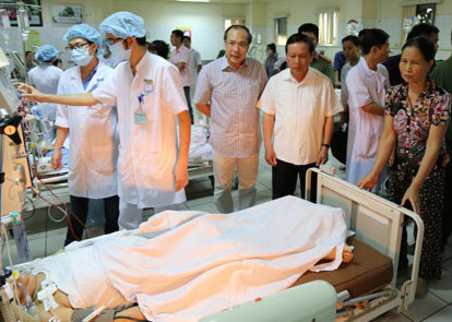 Bí thư Tỉnh uỷ Hoà Bình ông Bùi Văn Tỉnh xuống trực tiếp bênh viện chỉ đạo, thăm hỏi gia đình bệnh nhân.