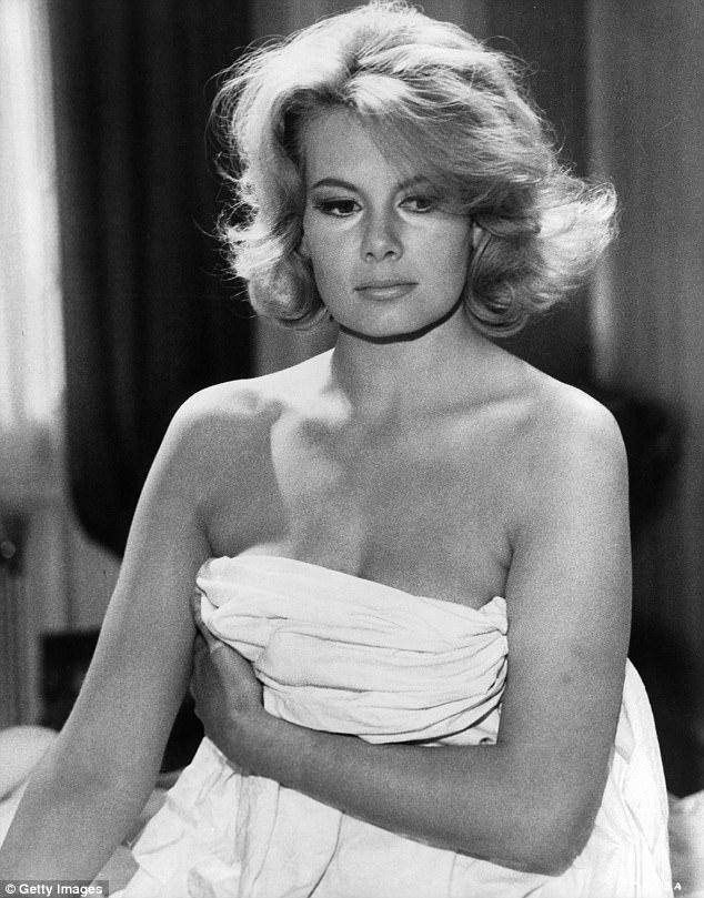 """Nữ diễn viên Molly Peters - """"Bond Girl"""" đầu tiên phô diễn hình thể trên màn bạc - đã vừa qua đời ở tuổi 75. Nữ diễn viên vốn nổi tiếng với vai diễn nữ y tá Patricia Fearing, diễn xuất bên cạnh Điệp viên 007 do Sean Connery đảm nhận trong """"Thunderball"""" (1965)."""
