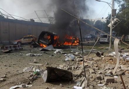 Sức công phá của quả bom khiến khoảng 50 chiếc xe hơi hư hỏng nặng và nhiều tòa nhà bị bung cửa, vỡ kính. (Ảnh: Reuters)