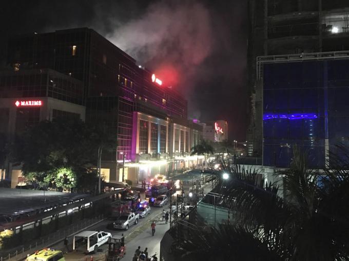 Khói bốc lên từ khu nghỉ dưỡng Resorts World Manila sau khi xảy ra vụ tấn công. (Ảnh: ANC News)