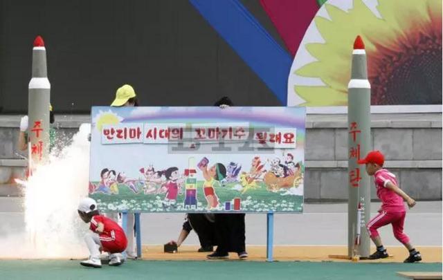 Các em nhỏ Triều Tiên phóng mô hình tên lửa tại công viên giải trí Rungna ở Bình Nhưỡng ngày 1/6. (Ảnh: BTA)