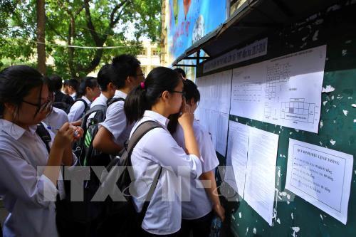 Thí sinh xem số báo danh tại trường THPT Việt Đức. (Ảnh: TTXVN)