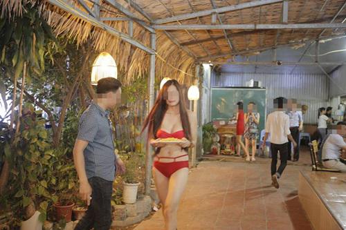Một nhà hàng ở Hà Nôi bị phạt 40 triệu đồng vì để nhân viên mặc bikini bê đồ ăn phục vụ khách hàng.
