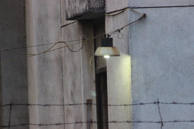 Những ánh đèn thưa thớt được thắp trong đêm tại ngôi nhà (Ảnh: Văn Đại)