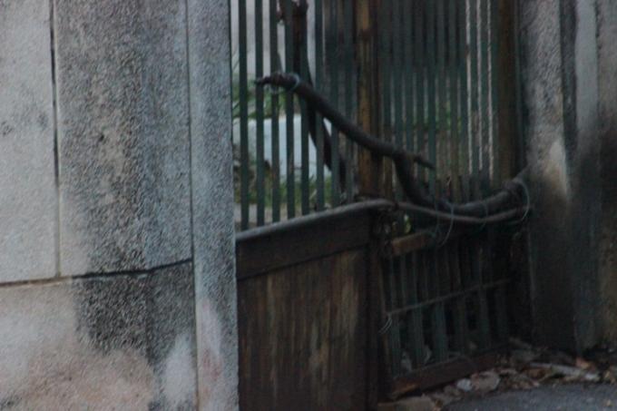 Những cánh cổng đã có tuổi, hoen rỉ, sập sệ theo thời gian (Ảnh:Văn Đại)