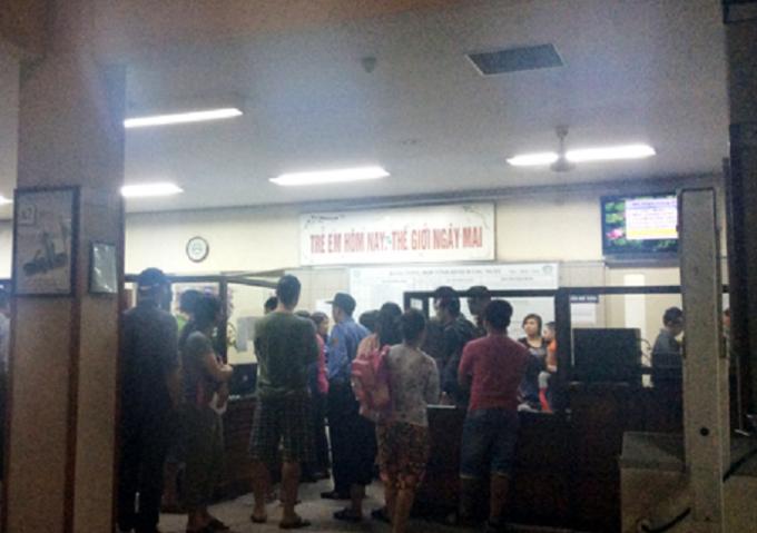 Đông đảo phụ huynh học sinh túc trực trước cửa khoa nhi bệnh viện Bạch Mai để theo dõi sự việc.
