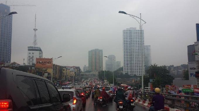 Đường Trân Duy Hưng hướng đi Đại lộ Thăng Long cũng xảy ra tình trạng tương tự (Ảnh: Đức Quý).