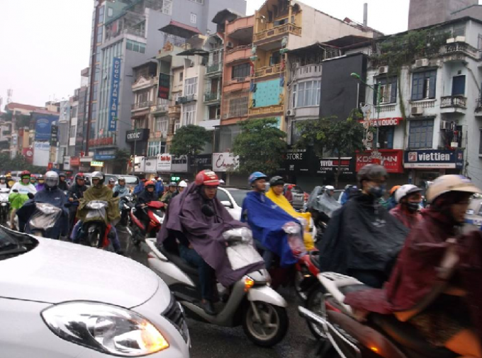 Tuyến đường Kim Mã dày đặc các phương tiện chen chúc trong cơn mưa sáng nay (Ảnh: Văn Đại).