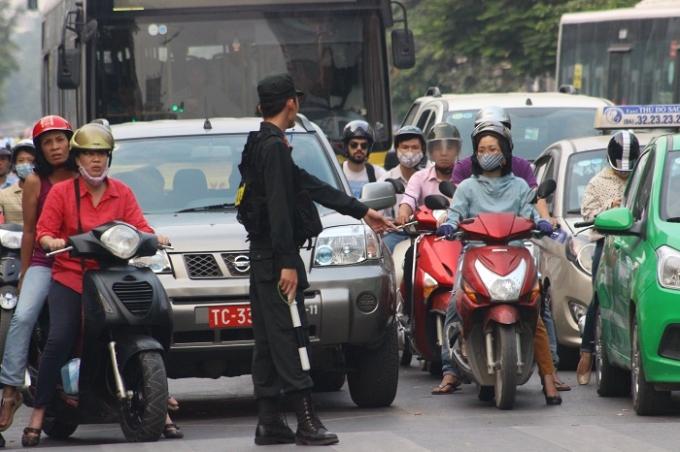 Lực lượng chức năng tổ chức phân luồng giao thông trong tình trạng ùn ứ tại nhiều tuyến phố (Ảnh: Văn Đại).