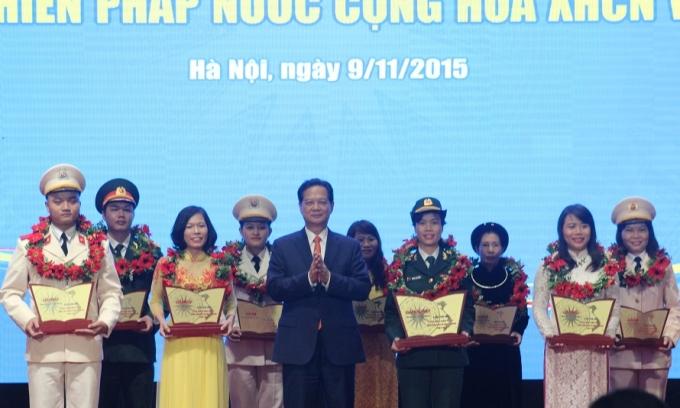 Thủ tướng Nguyễn Tấn Dũng trao giải đặc biệt và chụp ảnh lưu niệm cùng các thi sinh.