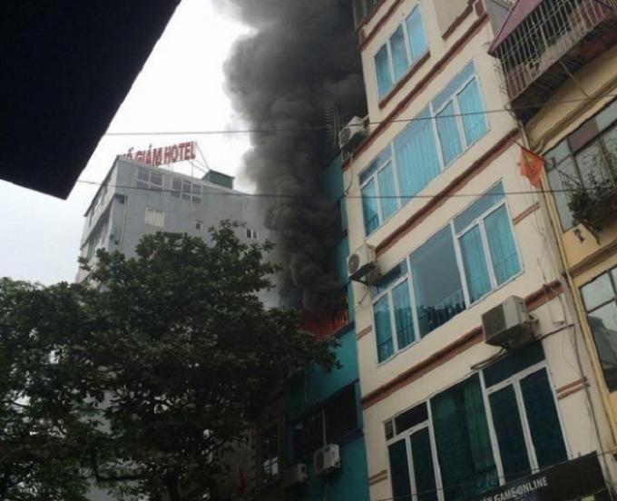 Cột khói lớn phát ra từ tầng 4 của ngôi nhà khiến nhiều người phát hoảng.