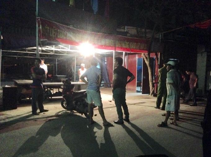 Lực lượng chức năng, Công an quận Hoàng Mai có mặt tại hiện trường điều tra vụ việc. (Ảnh: Văn Đại)