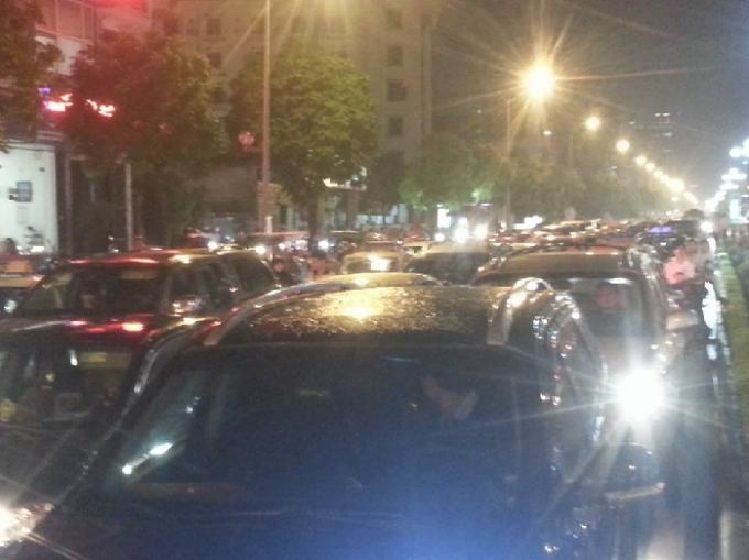 Hàng trăm ô tô xếp hàng dài trên đường Trung Kính.