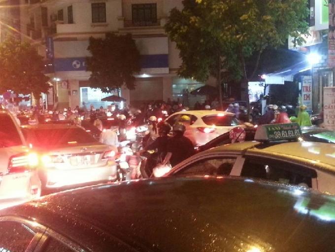 Giao thông trở nên hỗn loạn khi các phương tiện xe máy cắt ngang đoạn giao nhau trên đường Trung Kính.