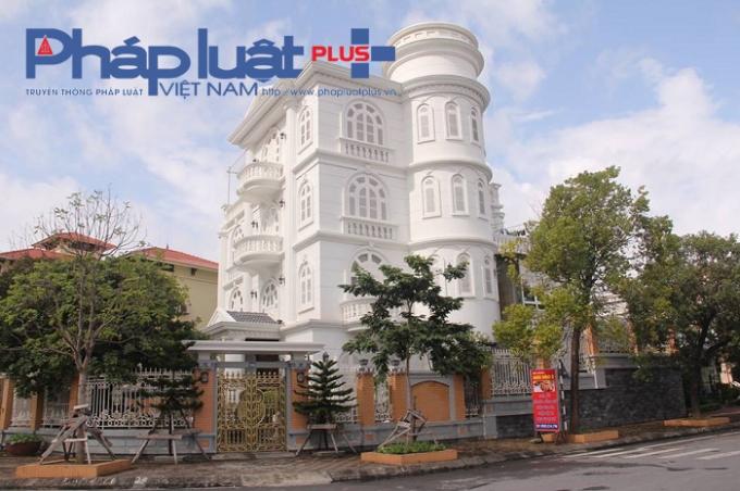Một trong những tòa lâu đài được xây dựng theo kiến trúc châu âu tọa lạc ngay vị trí đắc địa trên đường Trần Quốc Nghiễn.