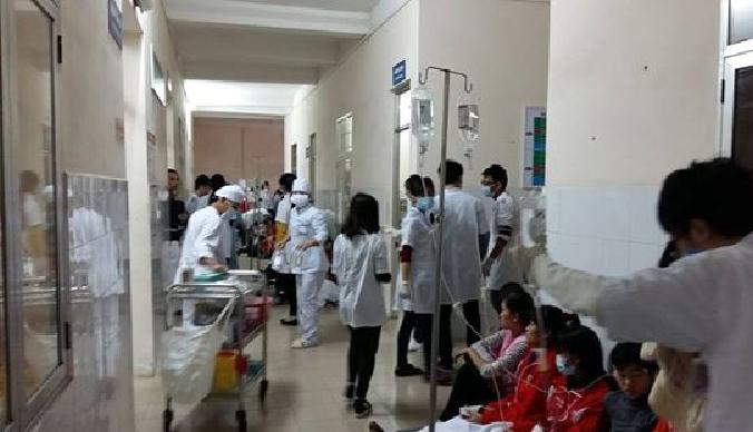 Đội ngũ y bác sĩ tại bệnh viện Việt Tiệp được huy động tối đa để cấp các công nhân nghi bị ngộ độc.