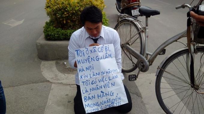 Thanh niên gây chú ý khi quỳ gối, trên tay với tấm biển xin việc.