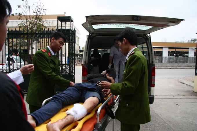 Một trong hai đối tượng bị thương được lực lượng Công an đưa đi cấp cứu.