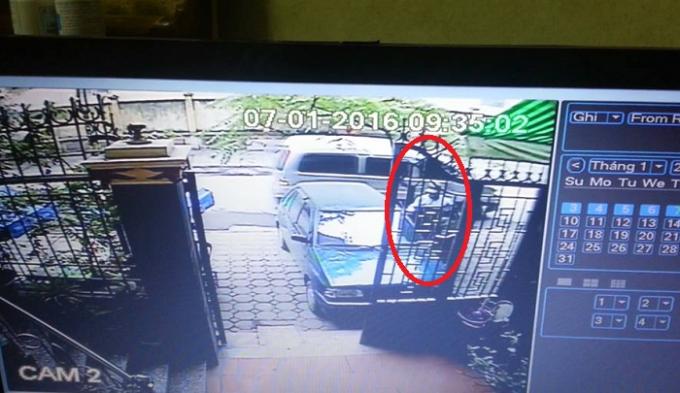 Hình ảnh nghi phạm được camara nhà ông Phi ghi lại (khoanh đỏ), ảnh cắt từ clip.