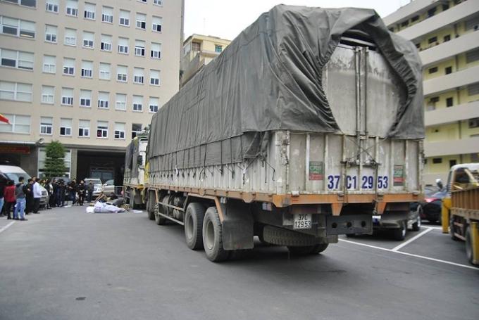 Một trong hai chiếc xe tải bị lực lượng chức năng tiến hành kiểm tra.