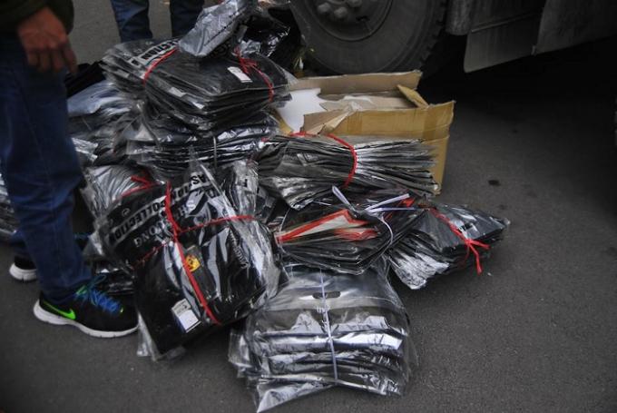 Lô hàng có trọng lượng hàng chục tấn chủ yếu là quần áo.