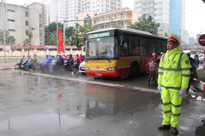 Lực lượng CSGT phải mặc áo mưa để giữ ấm trong khi thời tiết xuống tới 5 độ C.