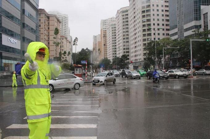 Thời tiết lạnh giá, kèm theo mưa phùn khiến cho việc điều tiết giao thông càng trở nên khó khăn hơn.