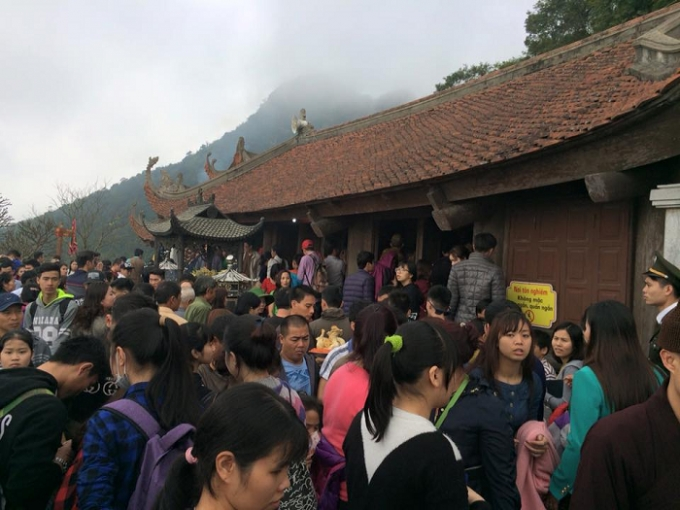 Dòng người nêm chặt tại chùa Hoa Yên thuộc khu di tịch lịch sử Quốc Gia Yên Tử.