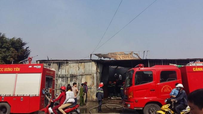 Hàng loạt xe cứu hỏa được cử đến hiện trường khống chế ngọn lửa.