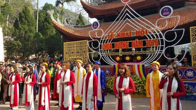 Nghi lễ trang nghiêm trước giờ khai hội tại chùa Hương.