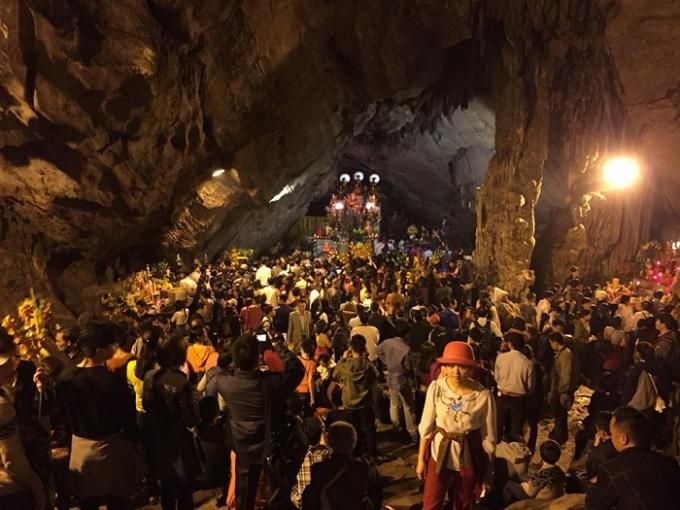 Dòng người đổ về chùa Hương từ sáng sớm để du xuân, cầu Phật.