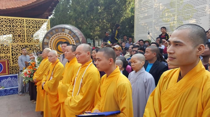 Lễ khai hội xuân Chùa Hương thu hút hàng nghìn tăng ni, phật tử từ khắp mọi miền về đây ăn chay cầu phật.