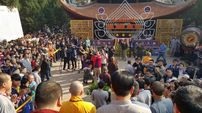 Hàng trăm phóng viên, nhà báo tác nghiệpp tại buổi khai hội.