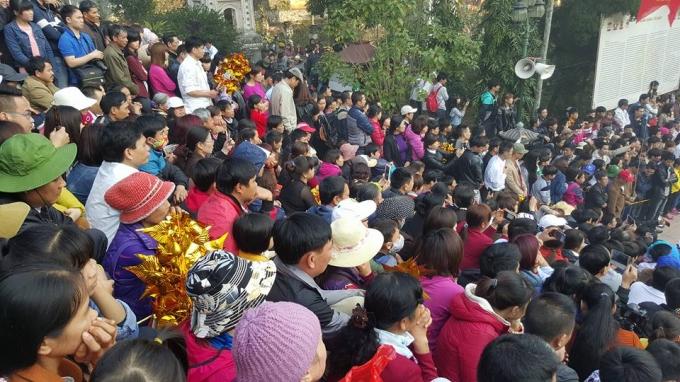 Dòng người chật cứng đổ về tham dự lễ khai hội chùa Hương
