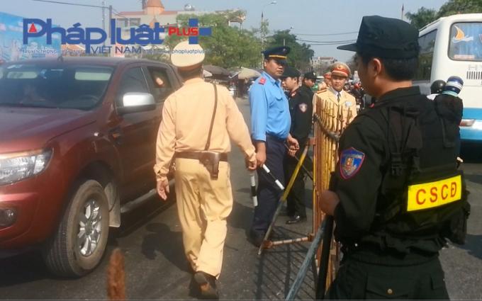 100 % lực lượng thuộc Phòng CSGT (Công an tỉnh Nam Định) đã được huy động xuống đường phân luồng giao thông.
